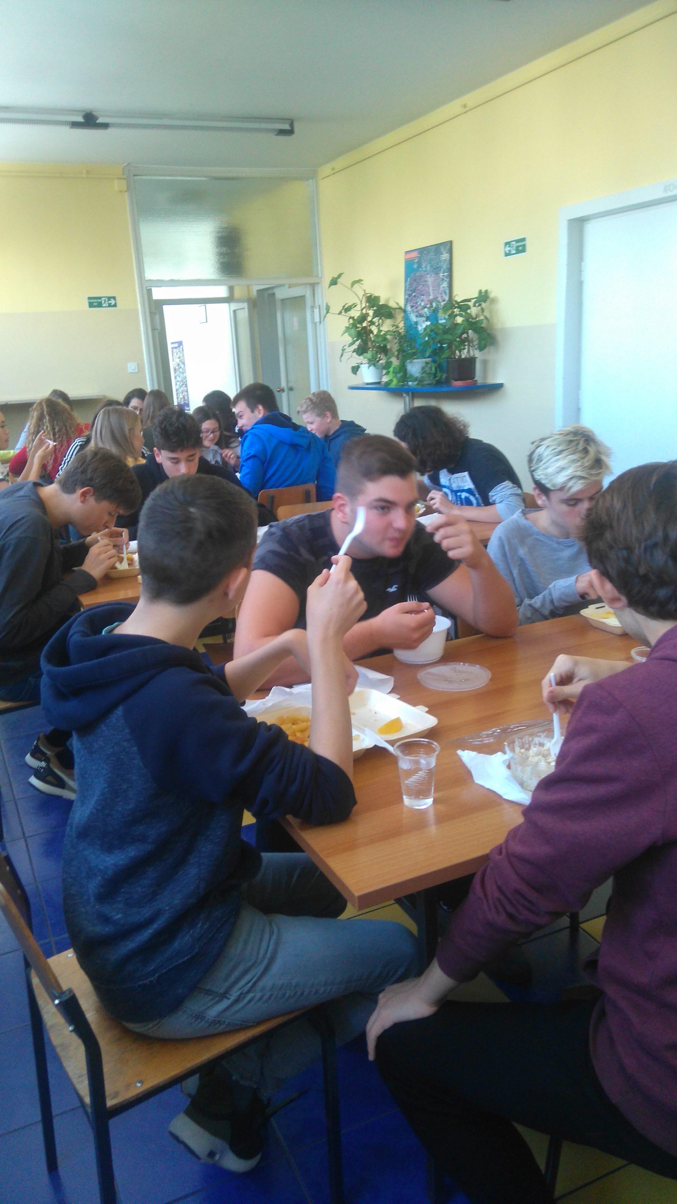 Topli obrok u Gimnaziji Marul
